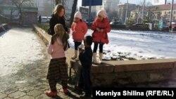 Bishkek ko'chalarida tilanchilik qilayotgan bolalar.