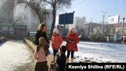 Бишкек марказида тиланчилик қилаётган лўли болалар.
