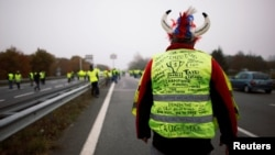 Участник акции протеста во Франции, 17 ноября 2018 года.