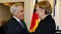 Германский канцлер как могла утешила потрясенный результатами палестинских выборов Израиль (на снимке вместе с президентом Моше Кацавом)