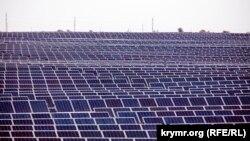 Сонячна енергетика розвивалася і в Криму до його анексії. На фото: сонячна електростанція в селі Охтникове, Крим, 2011 рік