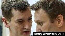 Russiýanyň oppozision syýasatçysy Alekseý Nawalny (sagda) we onuň dogany Oleg Nawalny.