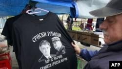Majica sa likovima haških optuženika Ratka Mladića i Radovana Karadžića na tezgi u Banjaluci - fotografija iz arhive