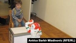 Лука смотрит на робота Рене. Загреб, 13 января 2014 года.