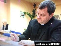 Ксёндз Ігар падчас здачы іспыту на факультэце журналістыкі БДУ