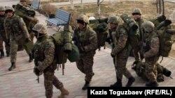 Вооруженные солдаты спецподразделения МВД в Актау. Иллюстративное фото.