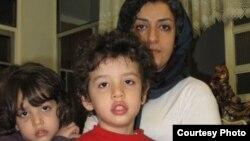 نرگس محمدی به همراه دو فرزندش