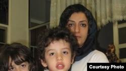 نرگس محمدی به همراه دو فرزندنش قبل از دستگیری (عکس از آرشیو).