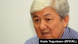 Оппозиционный политик Толеген Жукеев выступает на пресс-конференции. Алматы, 13 июля 2012 года.