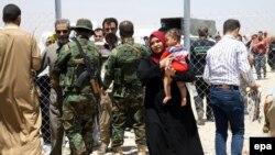 Mosuldan qaçan iraqlılar İrbil keçid məntəqəsində yoxlanır, 11 iyun