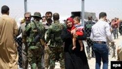 Ирак әскері азаматтарды тексеріп тұр. Солтүстік Ирак,11 маусым 2014 жыл.