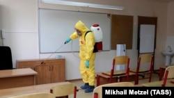 Санитарная обработка класса в московской школе, архивное фото