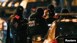 Бельгийский полицейские проводят рейды в пригороде Брюсселя Моленбек, 22 ноября 2015 года