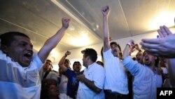 هواداران احزاب مخالف دولت ونزوئلا پس از اعلام نتایج موفقیت خود در اخذ یک سوم کرسیهای پارلمان را جشن میگیرند.