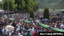 Сребреница қырғыны құрбандарын еске алуға жиналған жұрт. Потокари мемориалдық кешені, 11 шілде 2015 жыл.
