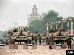 Выезд на площадь Тяньаньмэнь с одной из главных улиц Пекина Сиань, 2 дня спустя после подавления протестов. 6 июня 1989 года