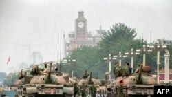 Tanke dhe ushtarër ruajnë avenynë Çangan, që çon në sheshin Tiananmen, dy ditë pas aksionit të tyre ndaj protestuesve pro-demokarcisë, Pekin 1989
