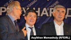 Серикболсын Абдильдин (слева) - бывший лидер Коммунистической партии Казахстана, Оразалы Сабден (в центре), президент Союза ученых Казахстана, и Жармахан Туякбай, лидер Общенациональной социал-демократической партии, на Общенациональном гражданском собрании. Алматы, 31 мая 2014 года.