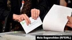 Згідно з новою конституцією, яка набирає чинності в листопаді одразу після інавгурації п'ятого президента, наступні президентські вибори вже не будуть всенародними