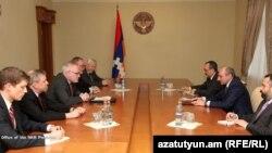 Сопредседатели Минской группы ОБСЕ в Степанакерте ведут переговоры с президентом Нагорного Карабаха Бако Саакяном, 19 марта 2013 г.