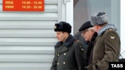 Виктор Приходько (в центре) во время инспекции в Новосибирском гарнизоне