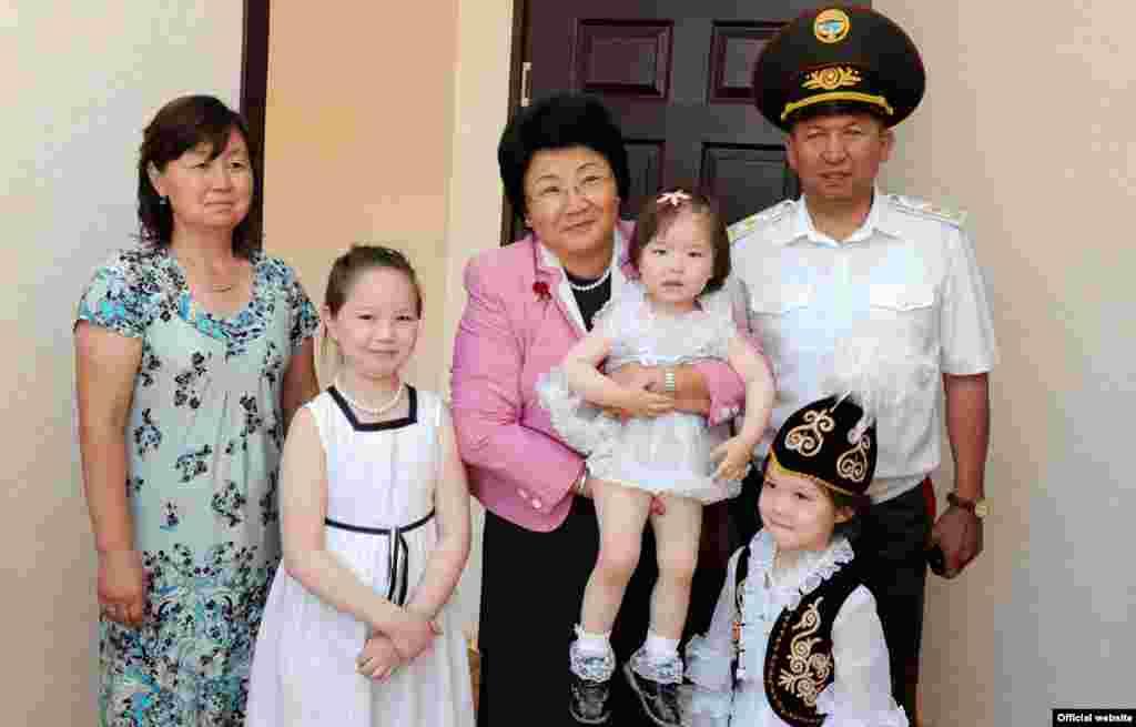 Роза Отунбаева с семьей военных, которым подарили новое жилье. 2011.