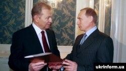 Спілкування Леоніда Кучми і Володимира Путіна під час інавгурації президента України на другий термін, 1999 рік (архівне фото)