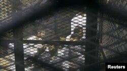 Мурсий билан бирга унинг яна кўплаб тарафдорлари маҳкамага тортилган