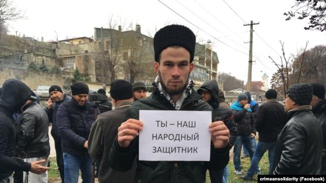 Судят Курбединова – собираются люди (фоторепортаж)