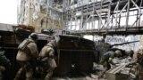 «Кіборги» під обстрілом забирають тіло побратима-танкіста, Донецьк, 19 жовтня 2014 року (фото Сергія Лойка)
