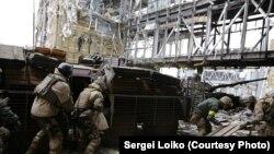 «Кіборги» (українські військові, які захищали донецький аеропорт) під обстрілом забирають тіло танкіста, 19 жовтня 2014 року