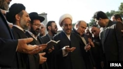 Иранские чиновники и члены еврейской общины Ирана молятся во время церемонии открытия памятника погибшим солдатам-евреям