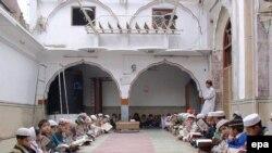 Пешавар мешітінің медресесінде оқитын оқушылар. Пәкістан, Пешавар, 4 желтоқсан 2004 жыл.