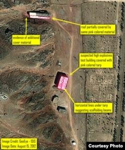 ۲۵ مرداد ۱۳۹۱- سالنی که گمان میرود محل انجام آزمایشهای مربوط به تسلیحات هستهای است به طور کامل زیر پوششی از برزنت صورتی رنگ استتار شده است.