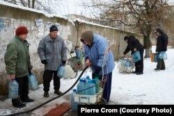 Первомайск, 30 декабря 2015. Местные жители набирают питьевую воду