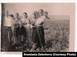 Иосиф Ятченя (крайний слева) с семьей в 1950-е годы
