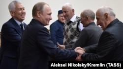 Врио главы Дагестана Владимир Васильев и президент РФ Владимир Путин во время встречи с представителями общественности республики, 13 марта 2018 года