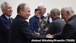 Путин встретился с представителями общественности (кто эти люди и как формировался состав участников мероприятия, не уточняется)