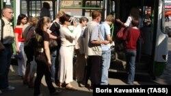 Очередь из пассажиров перед посадкой в автобус
