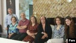 فائزه هاشمی اخیرا با فریبا کمالآبادی از رهبران جامعه بهایی ایران که پس از هشت سال زندان به مرخصی آمده، در منزلش دیدار کرد.