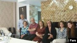فائزه هاشمی در کنار فریبا کمال آبادی از رهبران زندانی بهایی