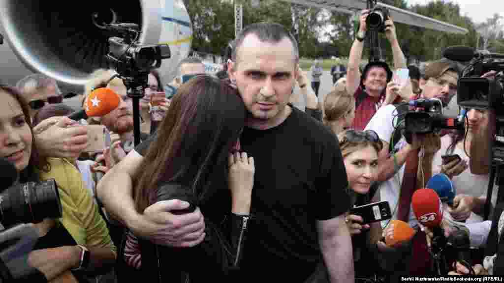 Український режисер Олег Сенцов обіймає доньку Аліну