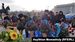 Возложение цветов к монументу Независимости
