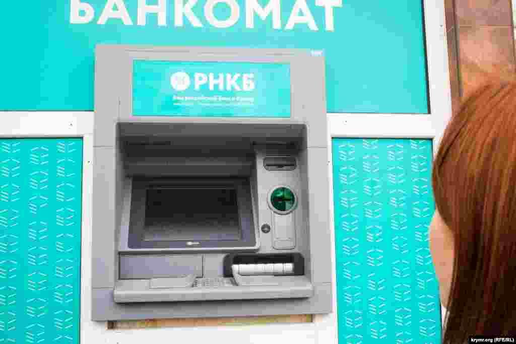 Второй день энергетической блокады Крыма. Многие банкоматы и терминалы так и не восстановили работу.
