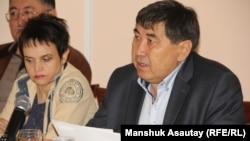 Независимые журналисты Ермурат Бапи и Оксана Макушина. Алматы, 17 февраля 2015 года.