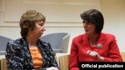 Atifete Jahjaga (djathtas) dhe Catherine Ashton gjatë takimit të sotëm në Austri