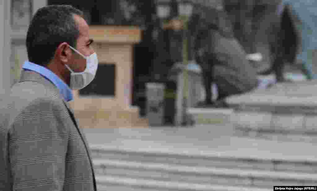 Човек со медицинска маска на плоштадот Македонија во Скопје
