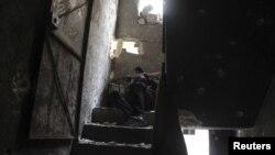 Боец повстанческой армии забаррикадировался в одном из зданий.