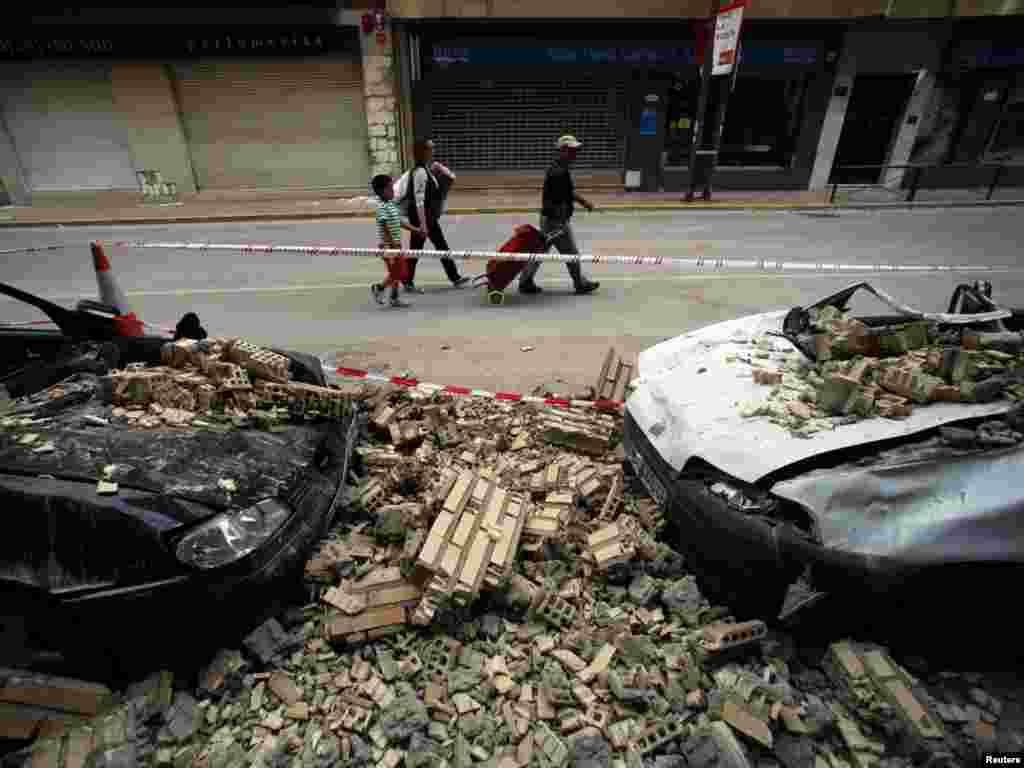 Наслідки землетрусу, що стався увечері 11 травня в Іспанії. Поштовхи були найсильнішими за останні півстоліття. Стихійне лихо сталося в місті Лорка, розташованому на півдні країни. Photo by Juan Medina for Reuters