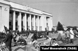 Революція на граніті. Частина голодуючих студентів перемістилася із тодішньої площі Жовтневої революції до будівлі Верховної Ради України, де також встановили намети